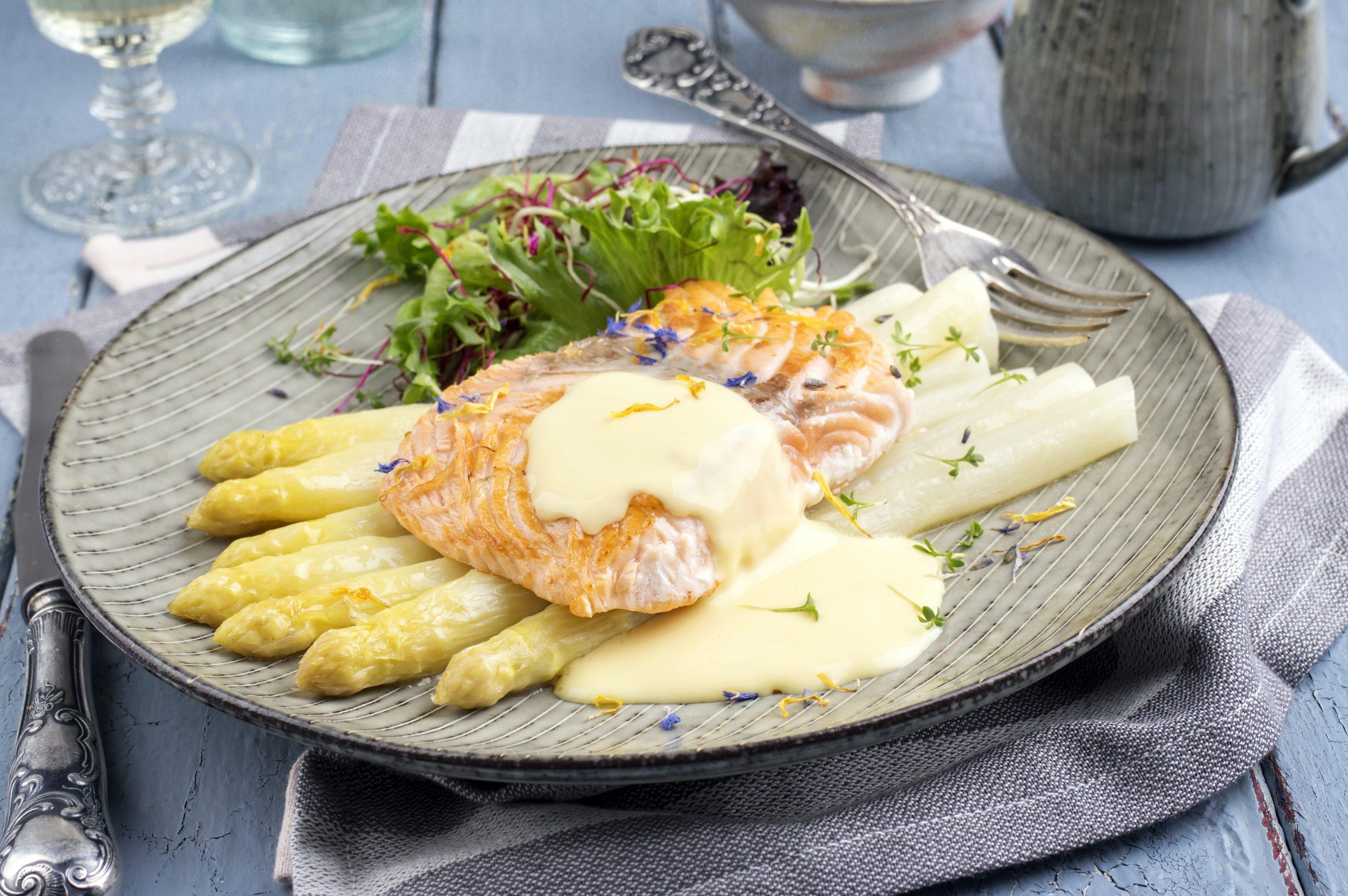 zalm met witte asperges en hollandaise saus