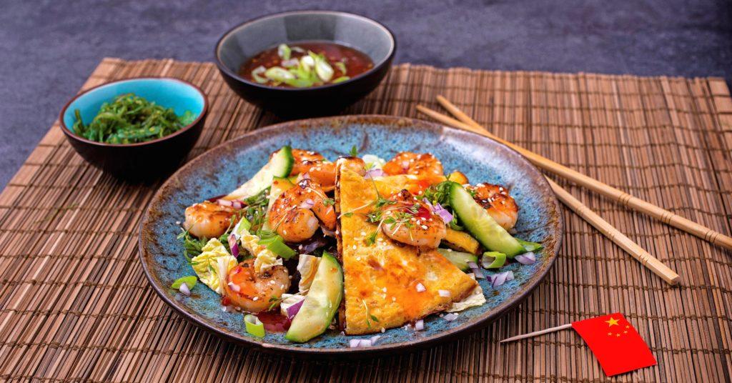 Aziatische omelet met garnalen en chili roerbak