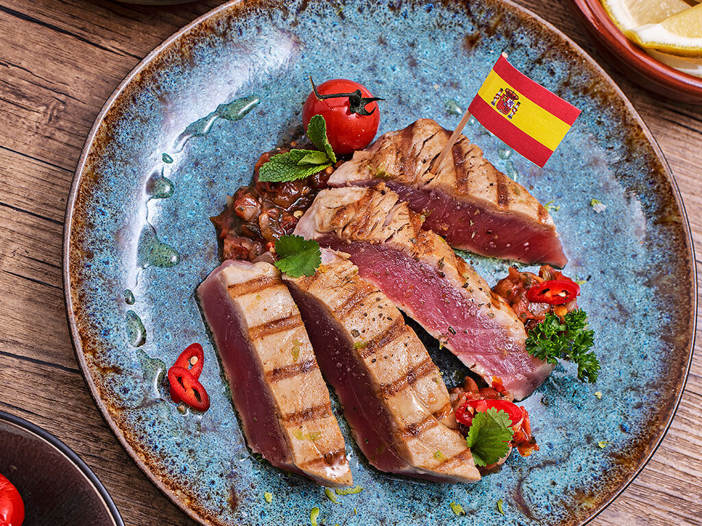 Tonijn steaks in Spaanse salsa