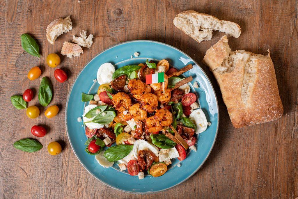 Salade caprese met garnalenspies - recept van Freshly Fish met de september visbox