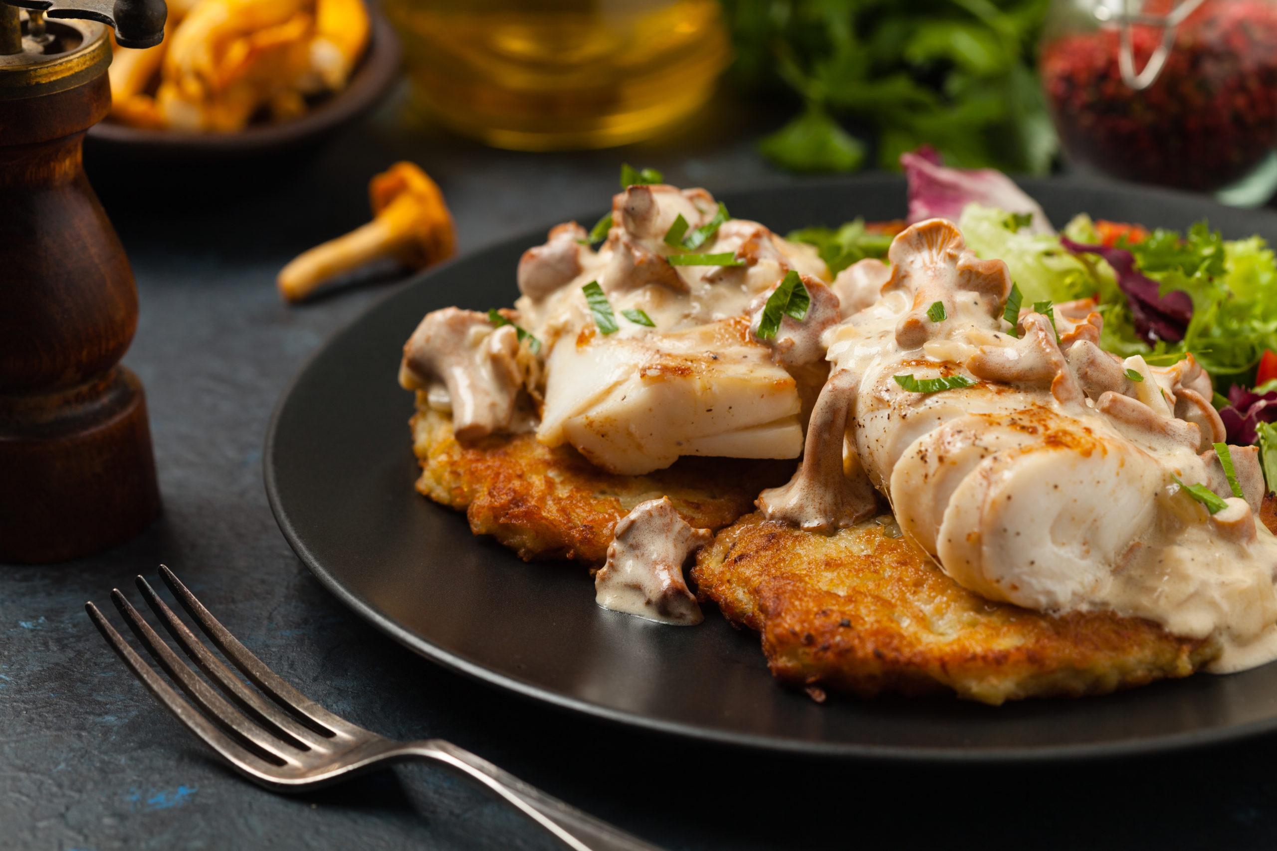 Kabeljauw in champignonsaus en aardappel pannenkoek