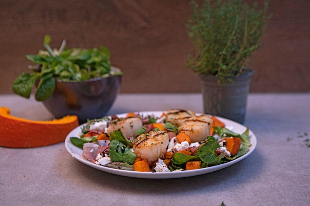 Coquilles en salade met pompoen en feta