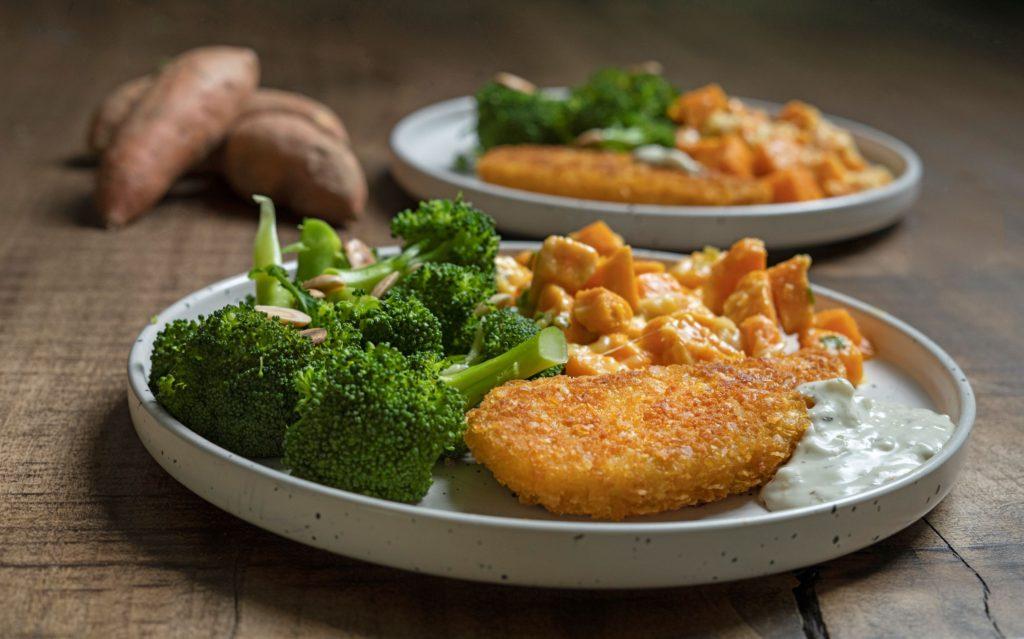 Visschnitzels met zoete aardappelgratin en broccoli