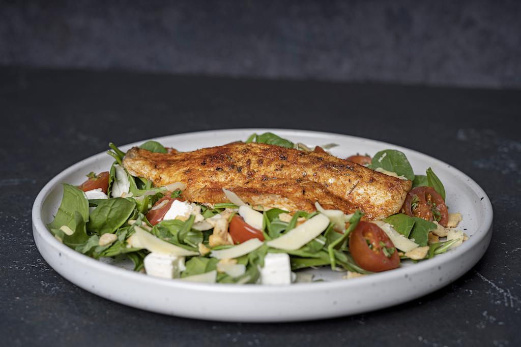 Italiaanse salade met zeebaars