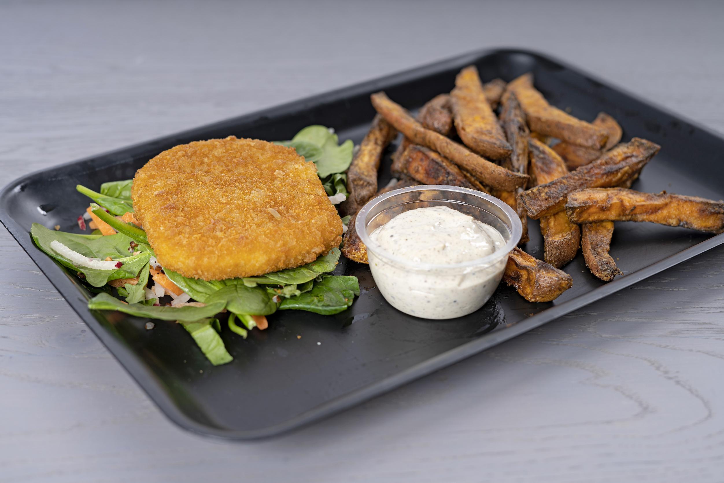 Zalmburgers met crunchy zoete aardappelfriet en truffelmayonaise
