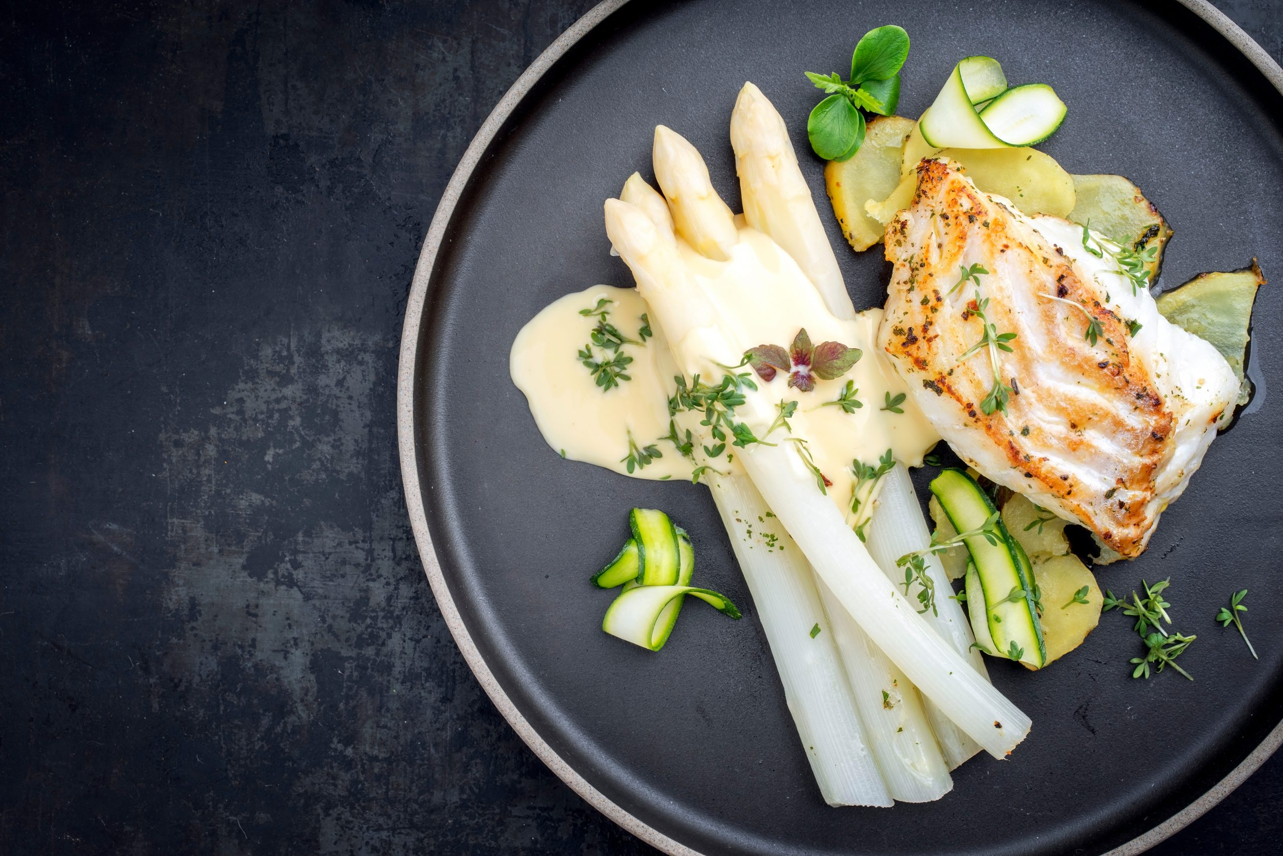Kabeljauw met asperges in Hollandaise saus