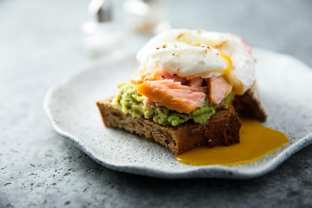 Toast met warmgerookte zalm en geporcheerd ei